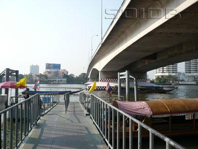 チャオプラヤ・ツアー用桟橋 - プラ・ピンクラオ橋の写真