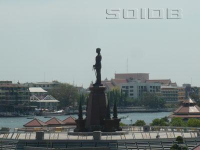 ภาพของ King Rama VIII Statue