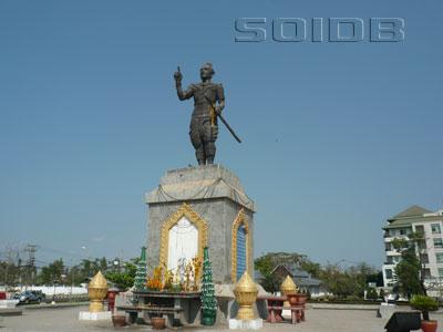 ファー・グム王像の写真